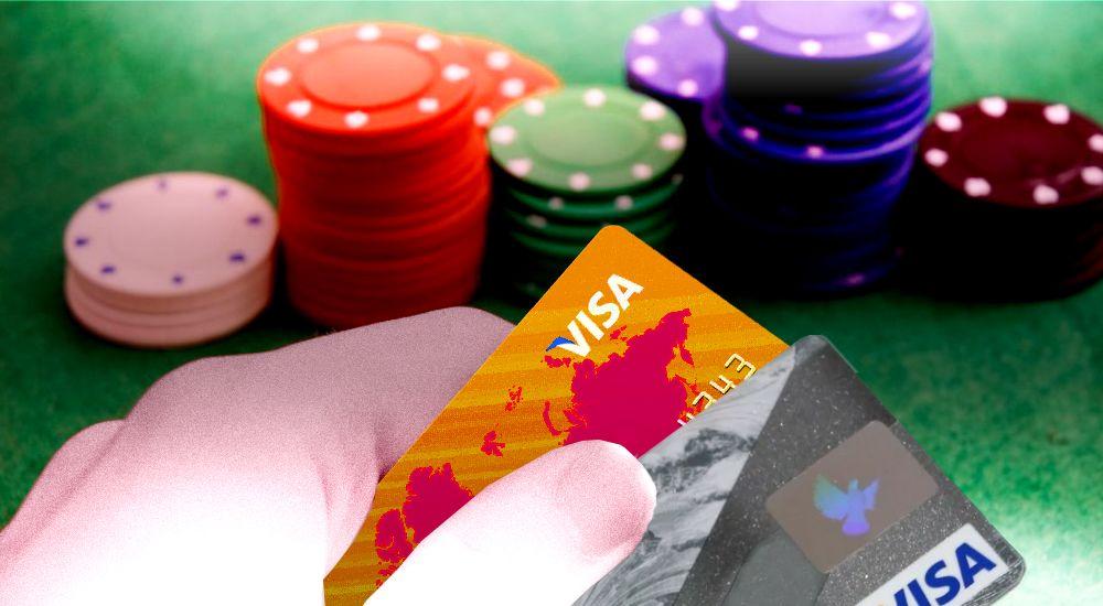 Банки почти на треть сократили одобрение заявок граждан на кредитные карты