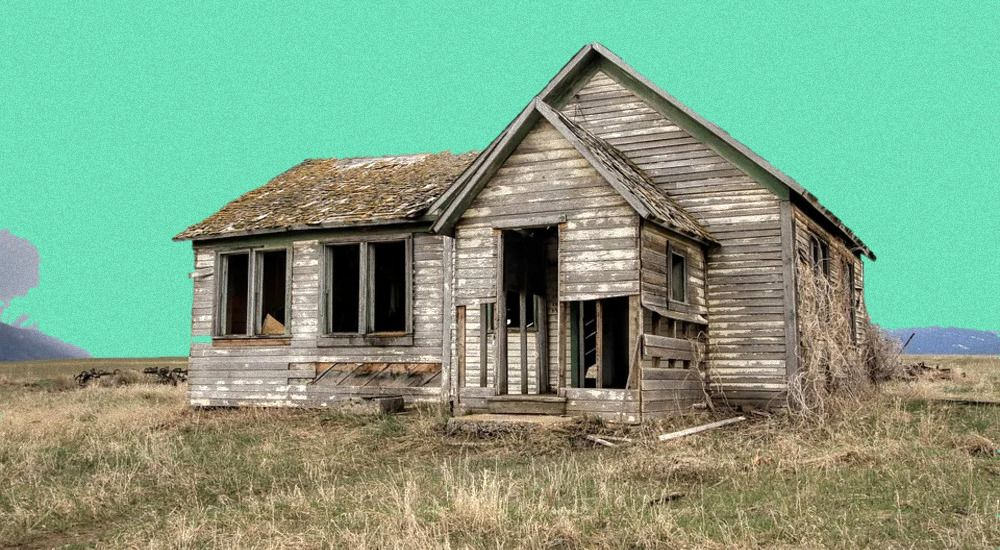 Есть бесхозный участок с разрушенным домом. Можно ли его оформить на себя?